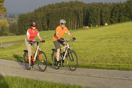 25 29 years: Germany, Bavaria, Oberland, Couple mountain biking LANG_EVOIMAGES