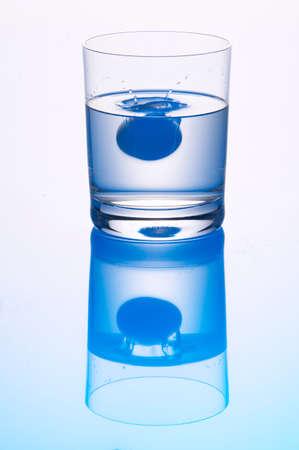 vasos de agua: Tablet en vaso de agua