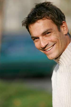 mid adult man: Mediados de adultos hombre sonriente retrato de detalle LANG_EVOIMAGES