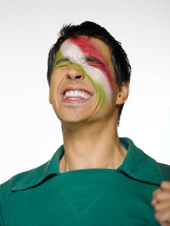 bandera mexicana: Fanático del fútbol con la bandera mexicana pintado en el rostro