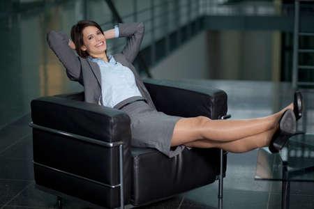Deutschland Bayern Geschäft Frau, die auf Stuhl lächelnd Porträt