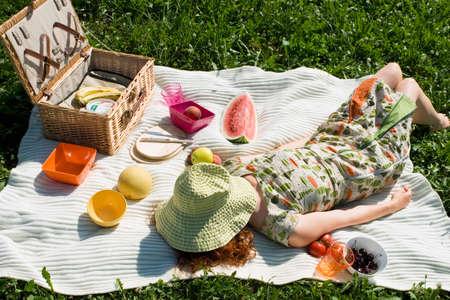 picnic blanket: Mujer joven tumbado en una manta de picnic elevado vista