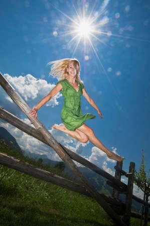 salto de valla: Mujer Austria Salzburgo joven que salta sobre la cerca