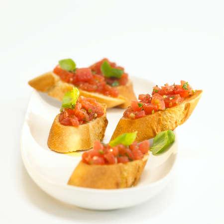 pain blanc: Le pain blanc avec des tomates et le basilic bruschetta