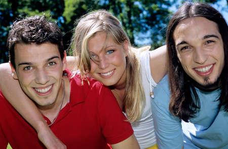 looking into camera: I giovani che abbraccia guardando in camera