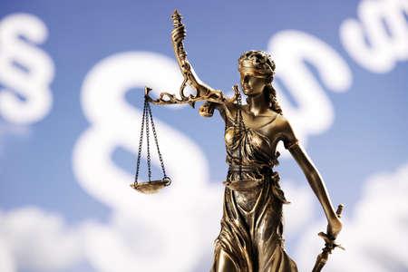 justitia: Estatuilla Justitia frente paragraphes