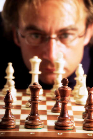 jugando ajedrez: Ajedrez hombre de juego LANG_EVOIMAGES
