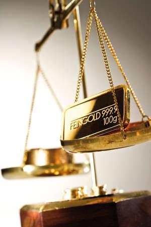 lingote de oro: Barra de oro en un un par de escalas