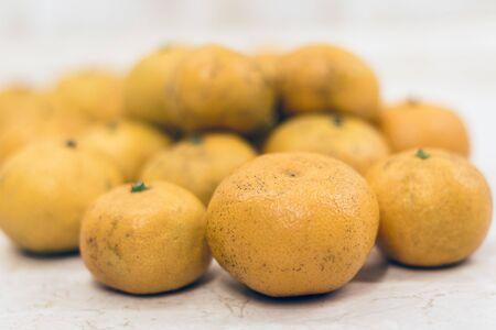 Fresh mandarin oranges (Citrus reticulata), vegetarian concept Stockfoto