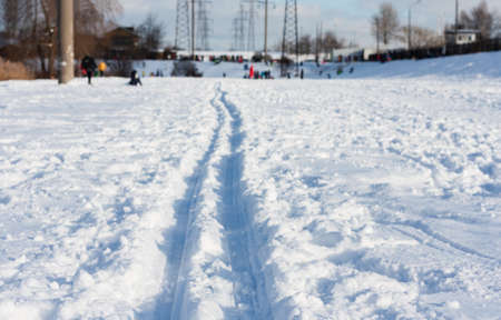 Snow in city park with footprints, winter concept on frosty sunny day Standard-Bild