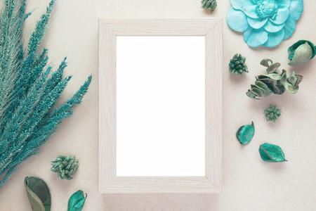 Leeg houten fotolijst en gedroogde bloemen valentijnsdag met vintage filterkleur Stockfoto - 62760893