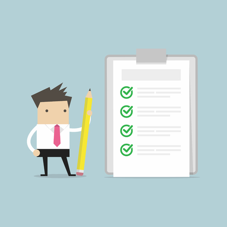 Homme d'affaires tenant un crayon en regardant la liste de contrôle terminée dans le presse-papiers. Banque d'images - 92763170