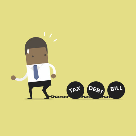 Imprenditore africano trascinando catene e grande palla, imposta sul debito e concetto di carico di legge.
