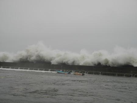 big waves: Nakaminato Port big waves