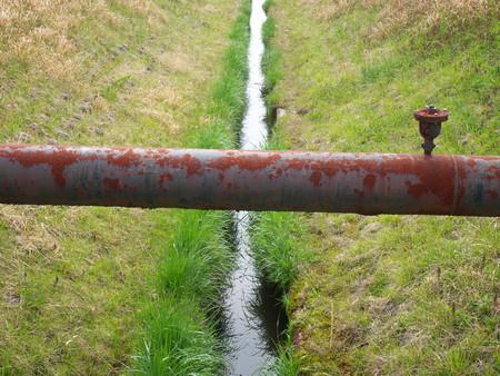 tuberias de agua: Tubos de agua oxidados y cursos de agua Foto de archivo