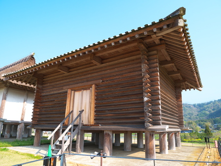 log house: raised floor log house