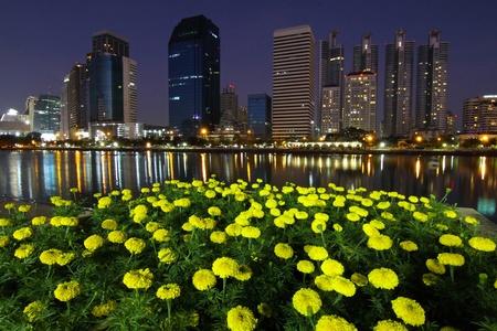 Central Business District et fleur de souci pendant la nuit, à Bangkok en Thaïlande.