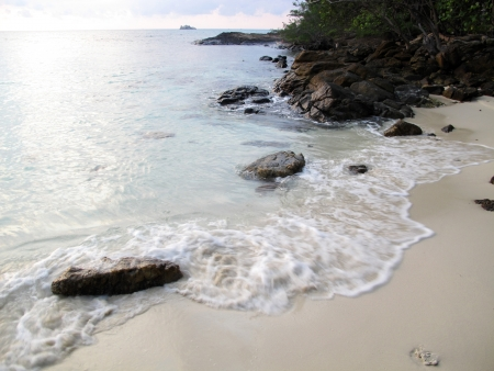 Playa en la isla de Samet, la provincia de Rayong, parte este de Tailandia Foto de archivo - 19255630