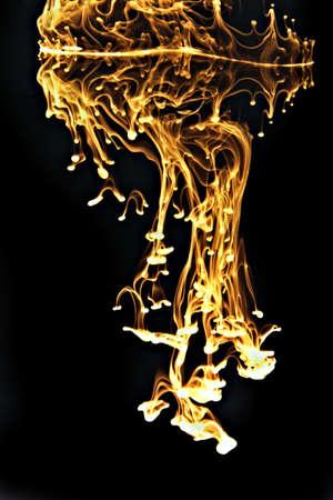 tinta en el agua negro y amarillo Foto de archivo