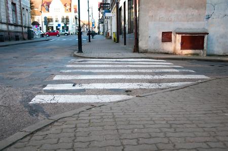 senda peatonal: paso de peatones vac�a en la carretera de la ciudad