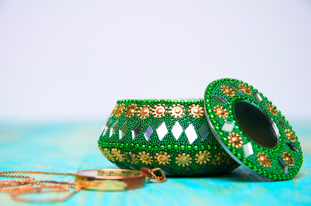 Ozdobna zielona szkatułka na biżuterię i naszyjnik