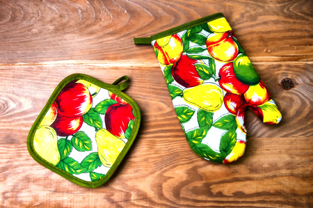 Colorful kitchen glove and molds for cupcakes Standard-Bild