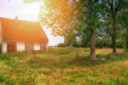 Alten, verlassenen Haus auf Land Standard-Bild