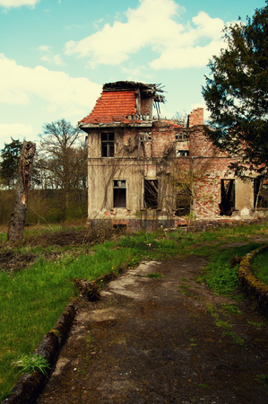 Old abandoned ruins on country Standard-Bild