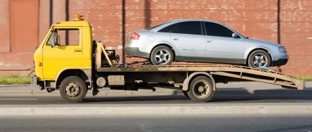 trailer: restos de coches transportista de camiones da�ados entregar coche para reparar cuadro. Foto de archivo
