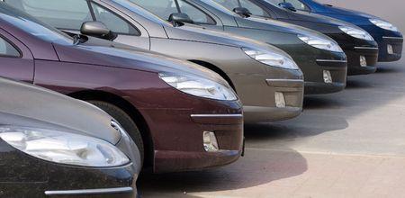 hilera: los coches est�n apilados en un local del distribuidor de coche Foto de archivo