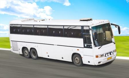 passenger buses: Big bus en blanco blanco en carretera