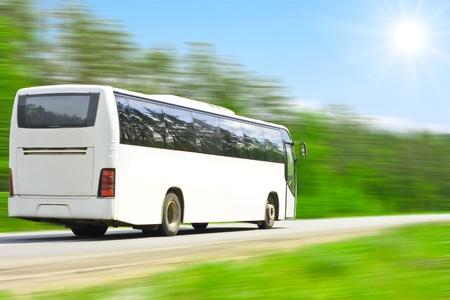 passenger buses: en blanco autobús lleno de turistas felices Foto de archivo