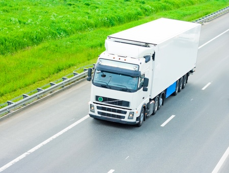 camión: cami�n blanco en blanco