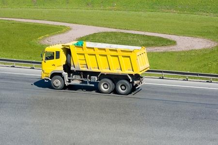 volteo: camión amarillo en una autopista Foto de archivo