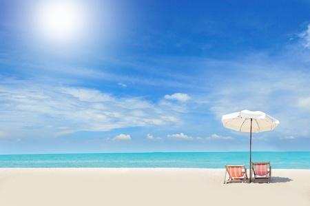 ombrellone spiaggia: Sedie a sdraio sulla spiaggia di sabbia bianca con nuvoloso cielo blu