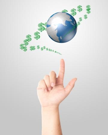 paz mundial: Mano señalando mundo digital y dinero en signo de dólar verde flotando