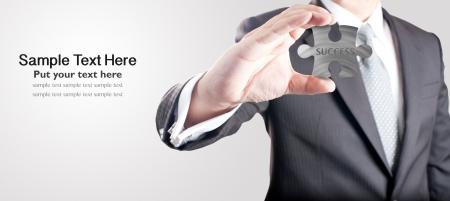 인내: 비즈니스의 힘과 성공을 위해 성공을 표현하는 개념 금속 지그 소 퍼즐 조각을 보여주는 비즈니스 사람 (남자) 스톡 사진