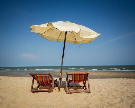 idling: couple beach chair