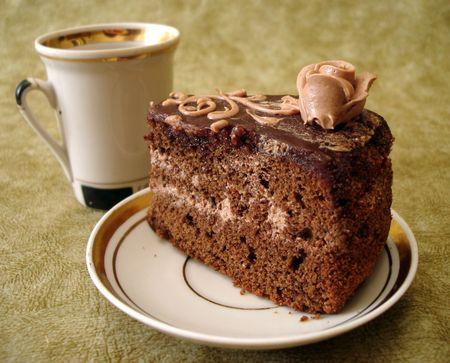 Rebanada de pastel de chocolate de taza y plato  Foto de archivo - 846852