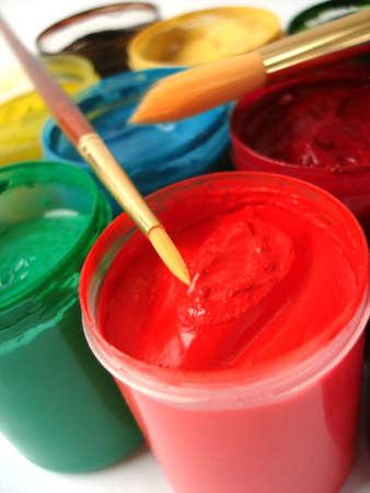 guache: Brush y muchos tarros de pintura con gouache  Foto de archivo
