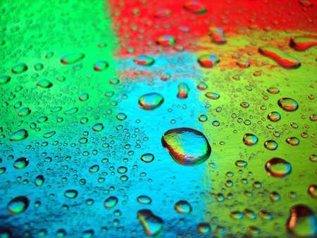 varicoloured: las gotas de agua para el fondo multicolor Foto de archivo