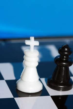 gamesmanship: ajedrez rey blanco est� en un tablero de ajedrez con figuras