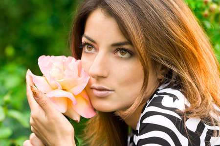 mujer hermosa en el jard�n con rosas Foto de archivo - 3912061