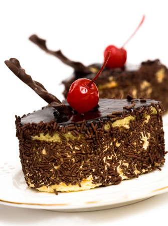 desayuno romantico: tartas de chocolate con cerezas de color rojo