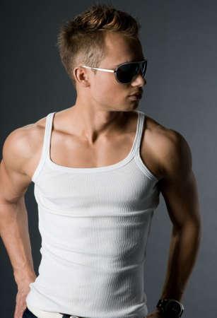muscle shirt: hombre atractivo y moderno en la camisa blanca