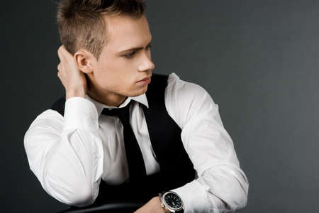 muscle shirt: atractivo hombre de negocios en chaleco negro Foto de archivo