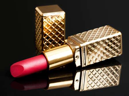 pintalabios: l�piz labial rojo sobre fondo negro