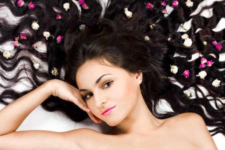 hair spa: Hermosa mujer tierna con pelo largo