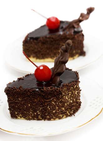 porcion de torta: pasteles de chocolate con rojo cereza