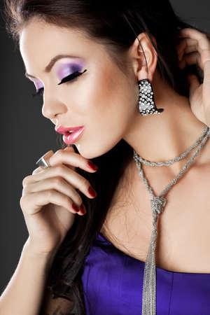 femme à la mode élégante avec les cheveux longs